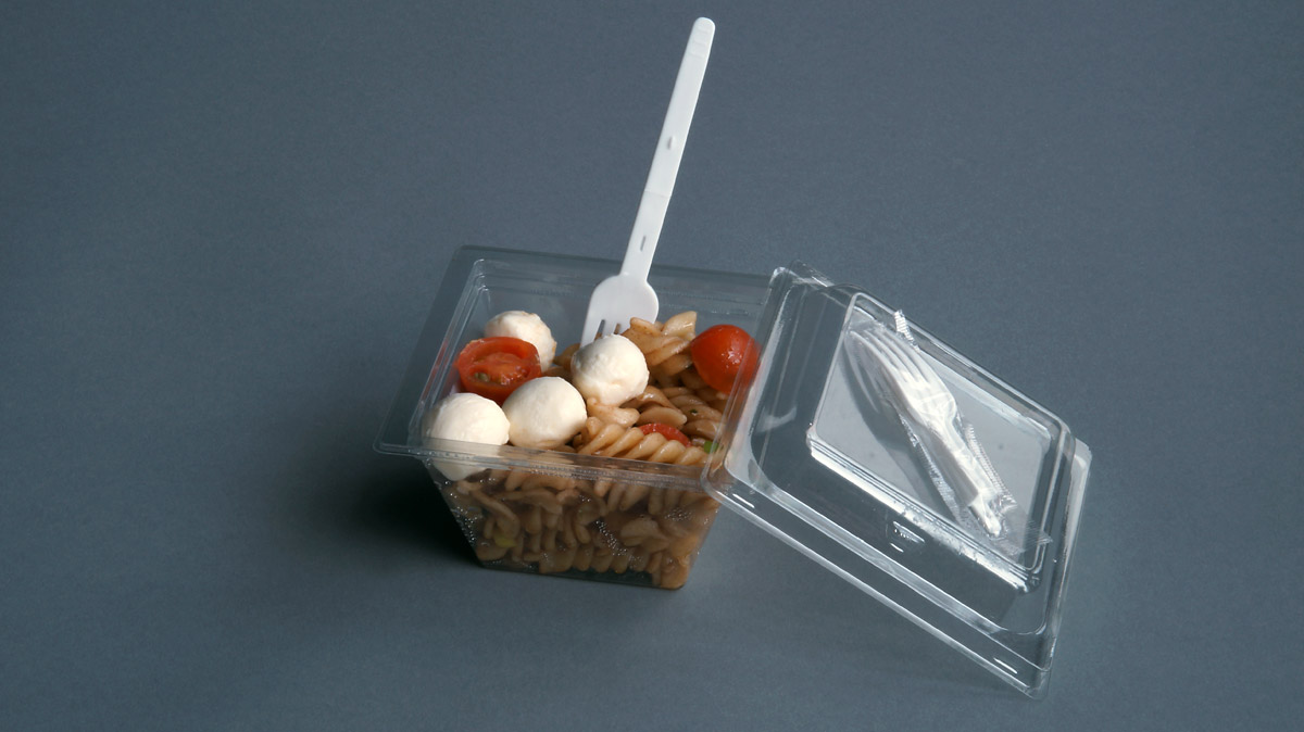 Nudelsalat im Becher mit Klappgabel